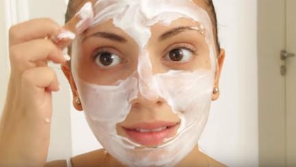 Masca naturală cu iaurt care hidratează și regenerează în profunzime pielea uscată