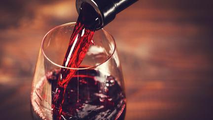Un pahar de vin pe zi ține dentistul departe