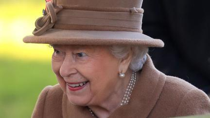 regina Elisabeta a II-a, obligată să doarmă pe canapeaua servitorilor