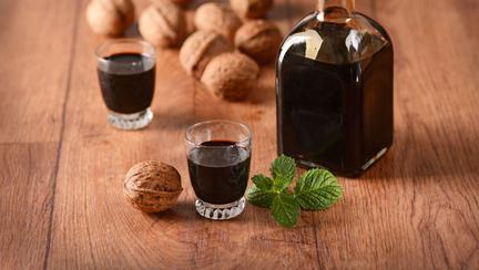 Nucata: reteta originala de lichior de nuci verzi