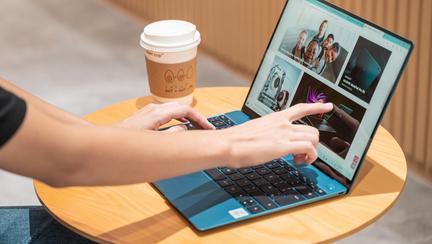 (P) HUAWEI MateBook X ultraportabil și elegant este laptop-ul pe care îl poți ține cu două degete