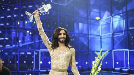 Cum arată acum Conchita Wurst, câștigătorul Eurovision 2014. Nu a renunțat nici la barbă, nici la părul lung