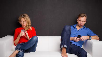 De ce cuplurile fericite NU se expun pe Facebook și Instagram?