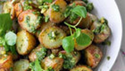 Cartofi copti cu creson si sos de usturoi