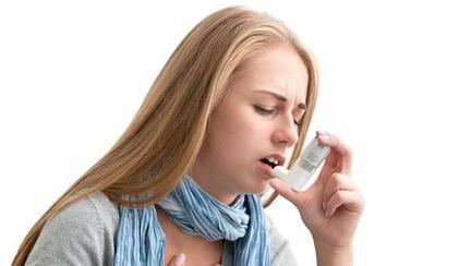 femeie cu inhalator