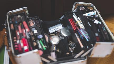 Cât timp poți folosi produsele de make-up pe care le ai în portfard