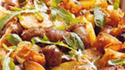 Caserola cu carnati si cartofi