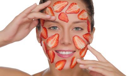 Masca de față cu căpșuni pentru tenul acneic. Leacul perfect pentru puncte negre și pori dilatați