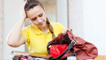 Cât timp din viață petrece o femeie căutându-și lucrurile în geantă