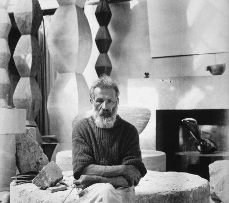 constantin-brancusi-in-atelier