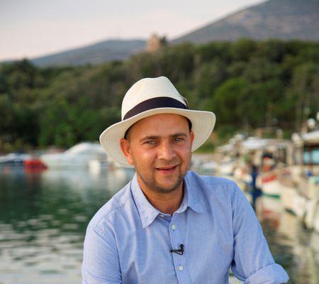 """Noua emisiune de vară a Antenei 1, """"Aventură de patru stele"""", va fi prezentată de Cosmin Seleși (1)"""