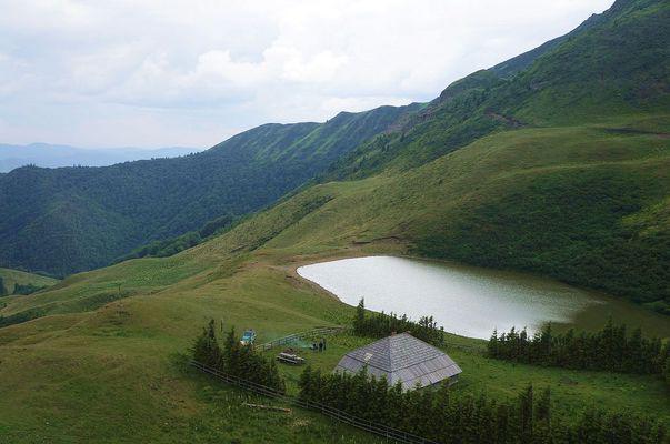 Lacul Vulturilor, un loc de legendă în Munții Buzăului