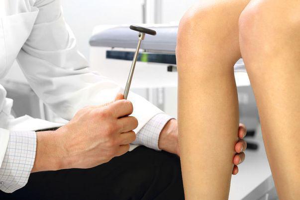 O femeie este consultată de un medic specialist după ce a acuzat durereri de osteoporoză