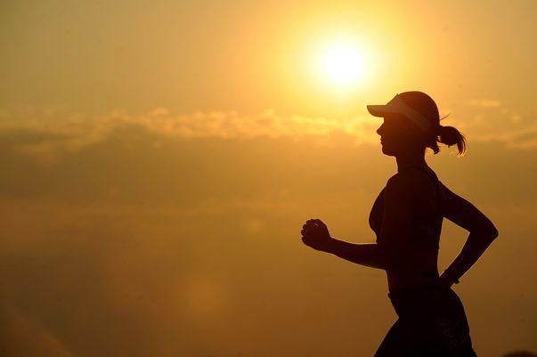 Beneficiile alergatului pentru sănătate includ, pe lângă slăbit, prevenirea diabetului, hipertensiunii, menținerea densității osoase. Imagine cu femeie care aleargă.
