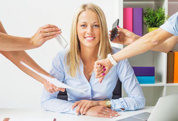 cum să fii plină de energie - femeie la birou care face față cu calm la mai multe probleme deodată