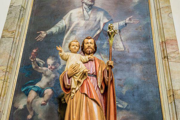 statuie cu Sfântul Iosif și Pruncul Iisus