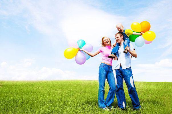 Ziua Internațională a Fericirii - 20 martie - familie fericită cu baloane