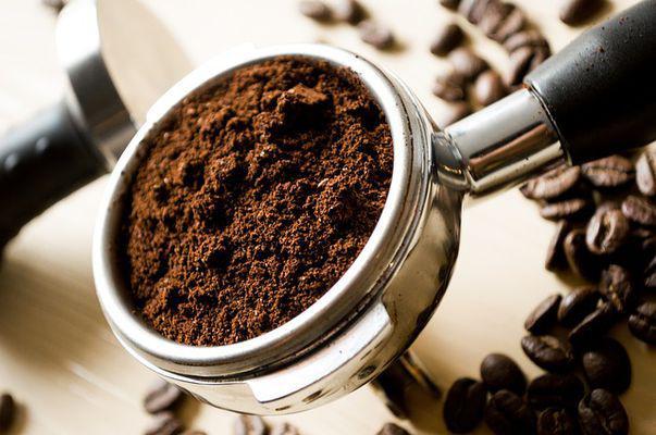 Mască pentru revigorarea tenului și calmarea cearcănelor cu cafea