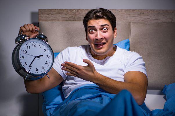 Adorm greu și mă trezesc des în timpul nopții. Schimbă-ți stilul de viață, altfel riști să te îmbolnăvești!