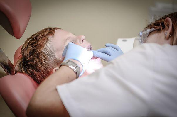 Prima vizită la dentist a copilului. Ce trebuie să știe părinții