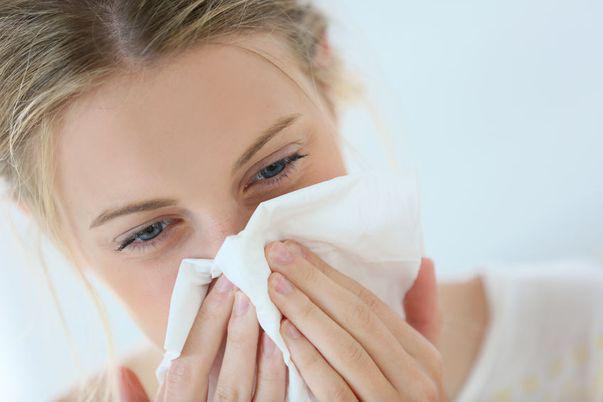 Curge nasul și lăcrimează ochii? Nu doar răceala poate da aceste simptome!