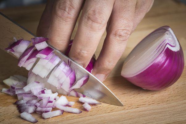 Remedii eficiente pentru strănut: ceapa roșie