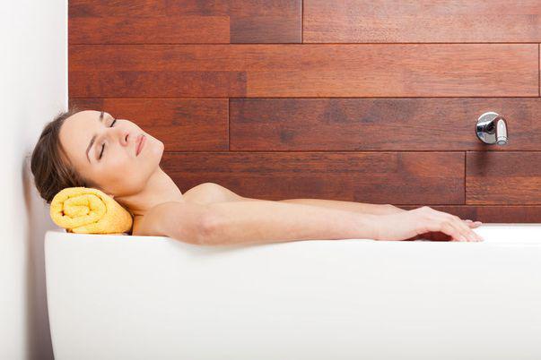 Remedii naturale pentru problemele pielii: baia cu oțet de mere