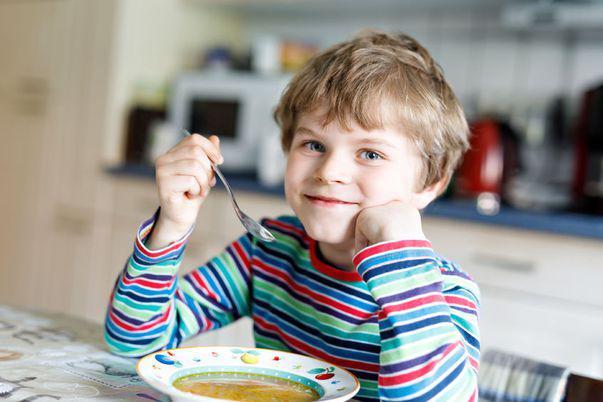 Regimul indicat pentru copilul cu giardia. Copil care mănâncă o supă