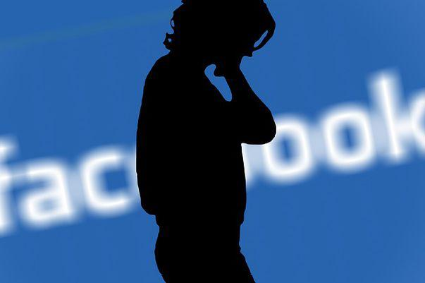 Dependenţa de Facebook te face să-ţi părăseşti partenerul