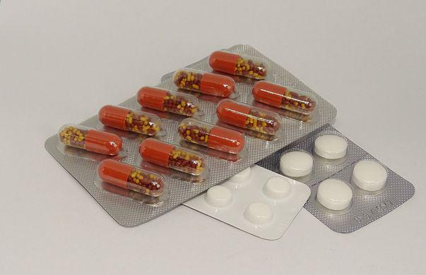 Esofagita indusă de medicamente reprezintă o afecțiune care constă în inflamarea esofagului ce poate conduce la lezarea țesutului acestuia și la dificultăți de înghițire și dureri în piept și care apare în urma administrării unor medicamente.  Imagine cu medicamente care pot conduce la esofagit