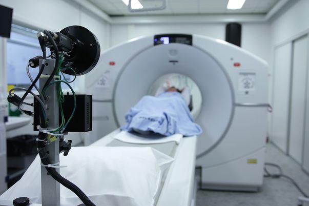 Cancerul pulmonar microcelular apare în celulele nervoase sau producătoare de hormoni ale plămânilor. Se numește microcelular sau cu celule mici ca urmare a dimensiunii și formei celulelor cancerigene așa cum apar ele la microscop.Imagine cu tomograf utilizat pentru stabilirea diagnosticului