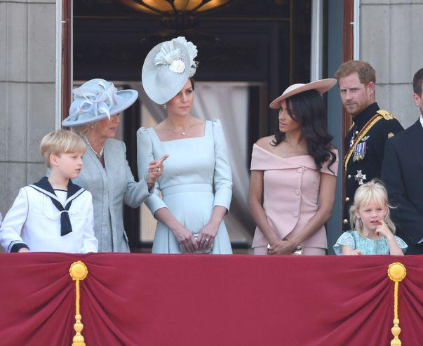 Kate Middleton si Meghan Markle sunt la cutite regina