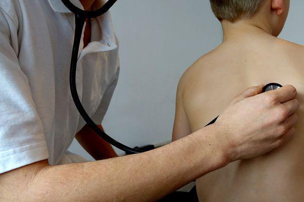 Aspergiloză - reprezintă o infecție produsă de Aspergillus, un tip de ciupercă fungică. Majoritatea persoanelor inhalează spori de Aspergillus în fiecare zi fără a se îmbolnăvi, însă persoanele cu un sistem imunitar slăbit sau cu afecțiuni pulmonare prezintă un risc crescut de infecție. Imagine cu examinare medicală pentru stabilirea diagnosticului în cazul acestei afecțiuni