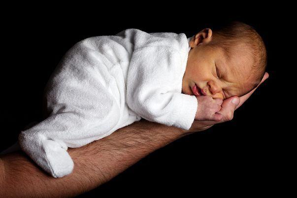 Anotie - reprezintă o malformație genetică rară care apare la nivelul urechii nou-născutului, respectiv absența urechii externe. Această malformație se dezvoltă în timpul sarcinii și poate apărea individual, împreună cu alte malformații sau ca parte a unui sindrom. Imagine cu nou-născut