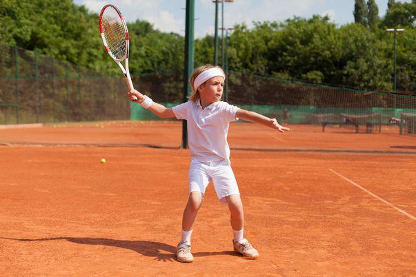 Selecțiile pentru Şcoala Socială de Tenis - Simona Halep. Copil îmbrăcat în alb învață să joace tenis