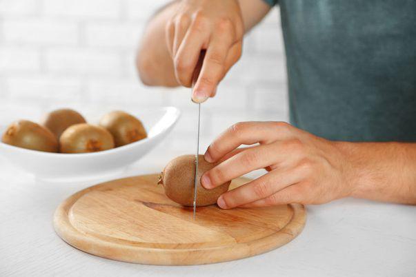Iată câteva metode foarte simple de a curăța un kiwi