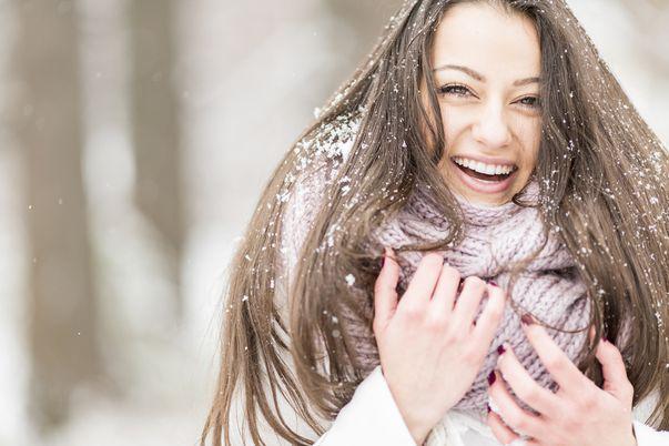 5 sfaturi practice pentru un păr strălucitor și sănătos în sezonul rece