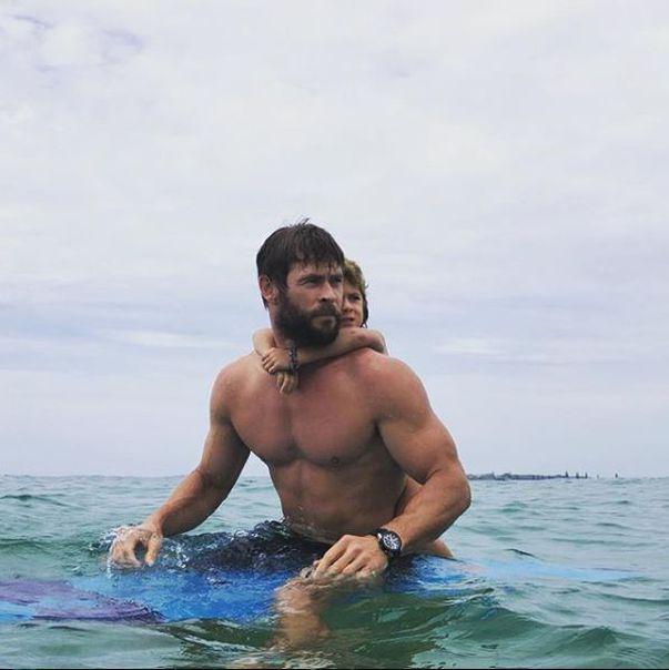 Chris Hemsworth la bustul gol