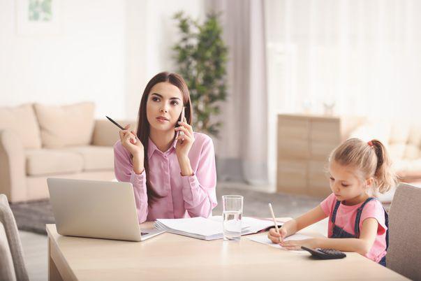 Cum să lucrezi eficient de acasă, când nu poți merge la birou