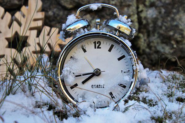 Vara s-a terminat! Se trece la ora de iarnă! Când se dă ceasul înapoi cu o oră!
