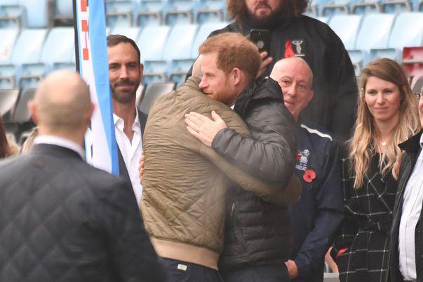 printul Harry a imbratisat un barbat infectat cu HIV