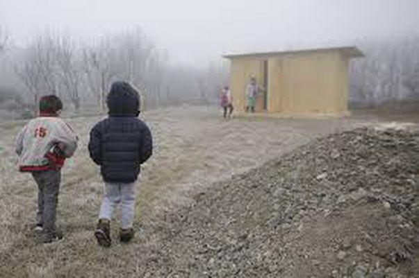 Așa arată toaleta din curte folosită de copii de grădiniță / foto: Inquam Photos / Octav Ganea