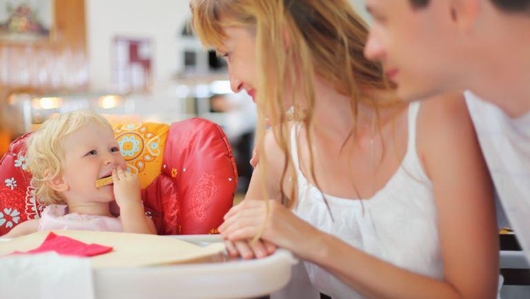 Cu copilul la restaurant: trucuri pentru o ieșire reușită