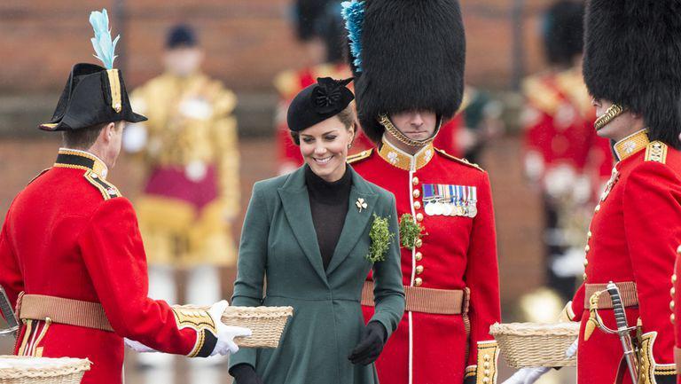 Kate Middleton, elegantă și cu burtică