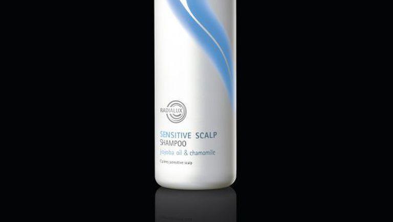 Protejează scalpul sensibil