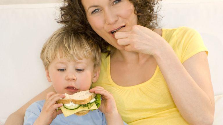 Tu știi ce conține sandvișul copilului? Lista aditivilor alimentari periculoși care se regăsesc în salamuri