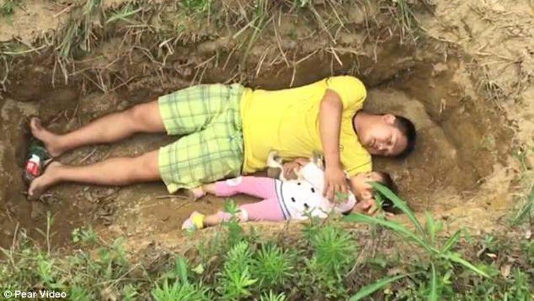 2 parinti din China au sapat groapa fetitei lor, desi e inca in viata 1
