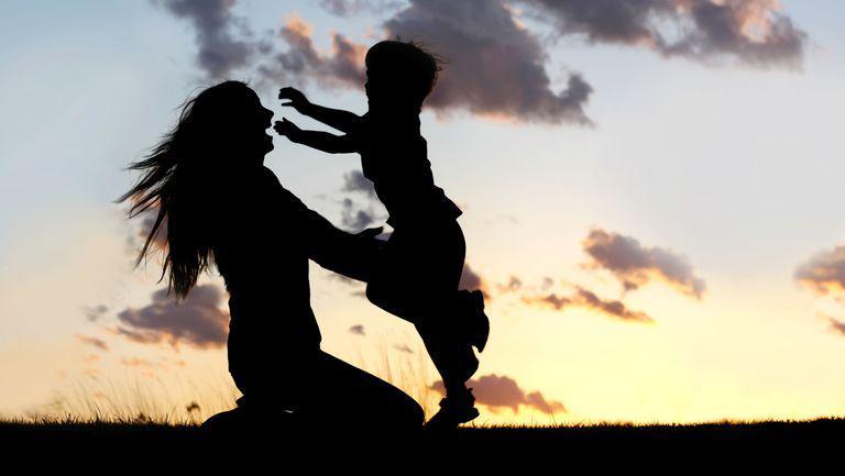 De ce e important sa iti imbratisezi copilul cat mai des