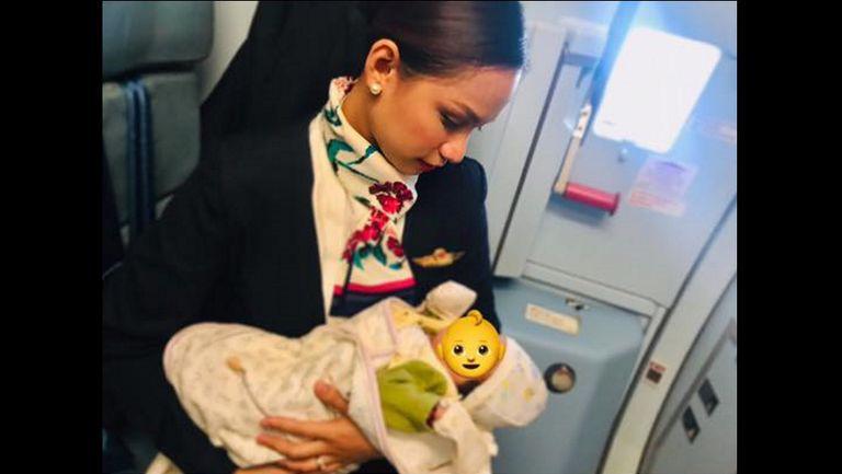 Gestul impresionant al unei stewardese, cand un bebe plangea neincetat