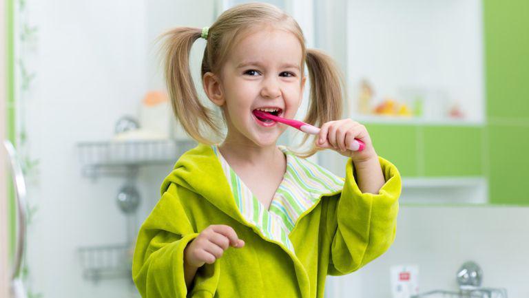Câteva strategii eficiente care te pot ajuta să îți determini copilul să nu mai fugă de spălatul dințișorilor